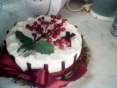 Receita de Bolo de chocolate recheado com chantili e doce de morango. Enviada por edite martins e demora apenas 40 minutos.