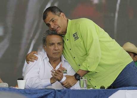 Archivo - En esta foto de archivo del 1 de octubre de 2016 el presidente de Ecuador Rafael Correa abraza al activista de derechos humanos y ex vicepresidente Lenin Moreno durante la convención del partido Alianza País en la que Moreno fue elegido candidato presidencial. Las elecciones para presidente y legisladores en Ecuador están programadas para el 19 de febrero de 2017.