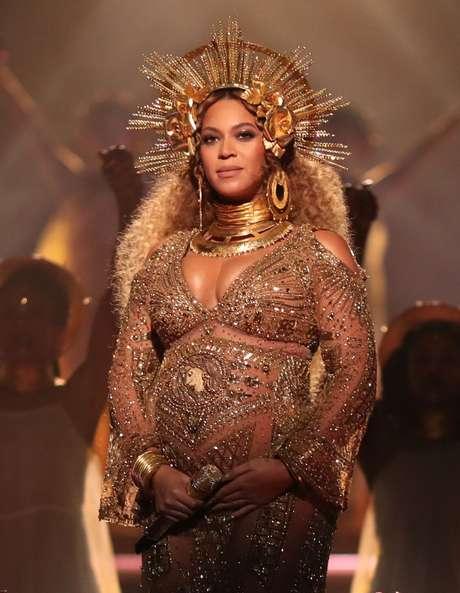 Beyoncé lució como una diosa en el esenario de los Premios Grammy.