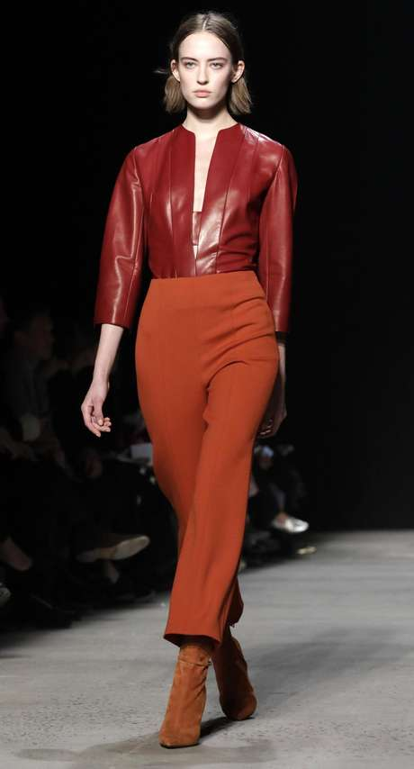 Una modelo presenta en pasarela creaciones de Narciso Rodriguez hoy, martes 14 de febrero de 2017, durante la Semana de la Moda de Nueva York. La colección Otoño 2017 se presenta del 9 al 16 de febrero.