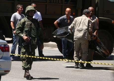 Corpo de suspeito de roubo é retirado e levado para o IML no Rio