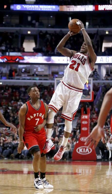 Jimmy Butler (21) de los Bulls de Chicago dispara al aro sobre Kyle Lowry (7) de los Raptors de Toronto, el martes 14 de febrero de 2017