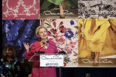 Hillary Clinton dedica unas palabras durante la presentación de una serie de timbres postales conmemorativos del fallecido diseñador Oscar de la Renta en la Grand Central Terminal en Nueva York, el jueves 16 de febrero de 2017. Clinton reconoció a Oscar de la Renta como una inspiración para inmigrantes dedicados como él en la ceremonia.