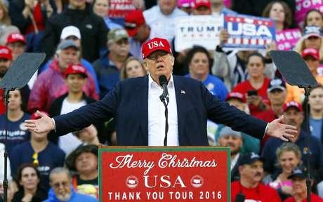 ARCHIVO - En esta foto del 17 de dici9embre del 2016, el, presidente electo Donald Trump habla en un acto de campaña en el Ladd–Peebles Stadium en Mobile, Alabama. Trump va a realizar un acto de campaña el sábado, 18 de fenbrero del 2017, en Florida, 1.354 días antes de las elecciones del 2020.