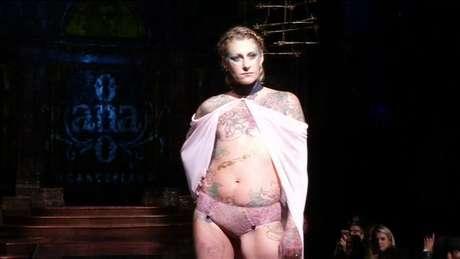 Mulheres que sobreviveram ao câncer de mama subiram à passarela em Nova York.