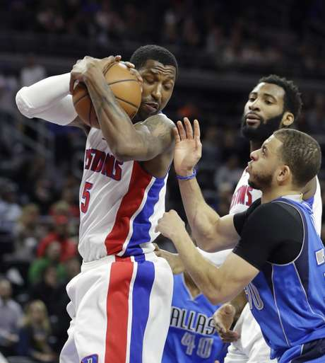 El escolta de los Pistons de Detroit, Kentavious Caldwell-Pope descuelga un rebote frente al escolta de los Mavericks de Dallas, Seth Curry, durante la primera mitad del juego del miércoles 15 de febrero de 2017