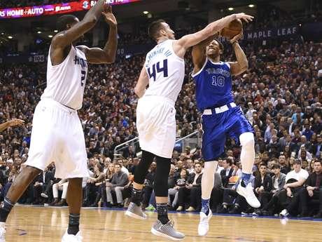 El escolta de los Raptors de Toronto, DeMar DeRozan, intenta un disparo ante la defensa del pívot de los Hornets de Charlotte, Frank Kaminsky III, durante la primera mitad del juego