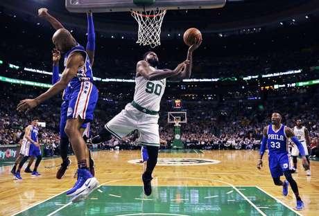 El alero de los Celtics de Boston, Amir Johnson, enfila rumbo al canasto en el primer cuarto del juego ante los 76ers de Filadelfia el miércoles 15 de febrero de 2017 en Boston