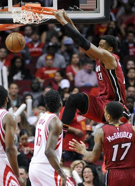 El pívot del Heat de Miami, Hassan Whiteside, consigue una clavada en la segunda mitad del juego ante los Rockets de Houston el miércoles 15 de febrero de 2017 en Houston