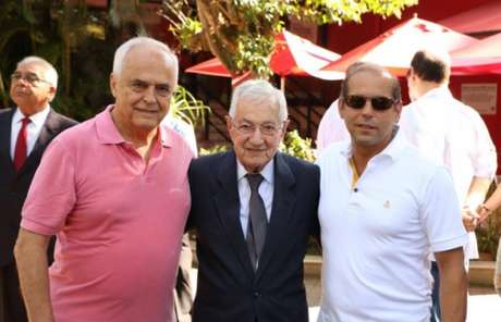 Leco posa para foto com o patrono Laudo Natel e o ex-vice geral do Tricolor, Roberto Natel