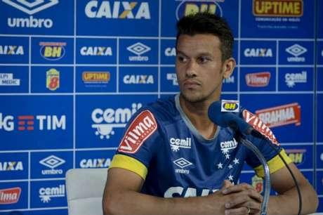 Capitão na ausência de Fábio, volante renovou seu contrato até dezembro de 2019 (Foto: Divulgação/Cruzeiro)