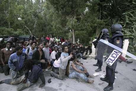Unos 350 subsaharianos se encuentran a las puertas del Centro de Estancia Temporal de Inmigrantes (CETI), donde se ha desplegado la Policía Nacional