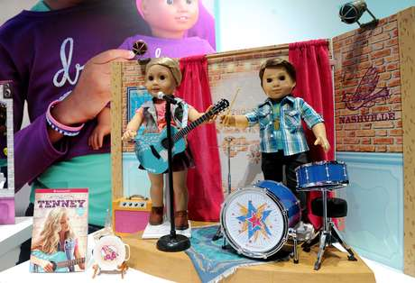 IMAGEN DISTRIBUDA POR MATTEL - Tenney Grant, el nuevo personaje de la línea de muñecas American Girl, junto con otra muñeca de la marca, son exhibidos en la Feria del Juguete de Nueva York, el viernes 17 de febrero de 2017. Es la primera vez que Mattel Inc. saca a la venta un personaje masculino de la serie de las preciadas muñecas American Girl.