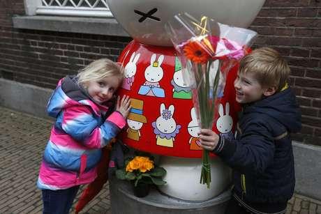 Dos niños abrazan una figura de Miffy antes de colocar flores fuera del museo Nijntje dedicado a Miffy en Utrecht, Holanda el viernes 17 de febrero de 2017. El artista holandés Dick Bruna, creador de esta conejita blanca, murió el jueves 16 de febrero de 2017 a los 89 años.