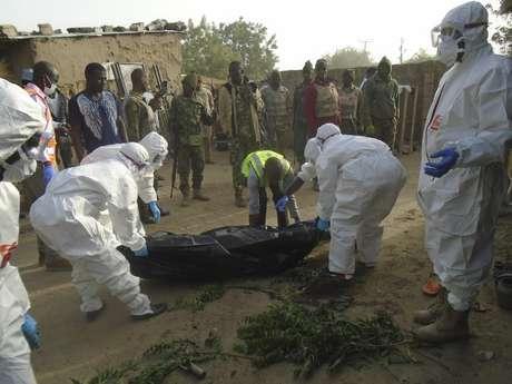 Rescatistas recogen cadáveres tras un ataque suicida en las afueras de Maiduguri, Nigeria, viernes 17 de febrero de 2017. Fuerzas del ejército y auutodefensas civiles rechazaron un ataque de la milicia Boko Haram.