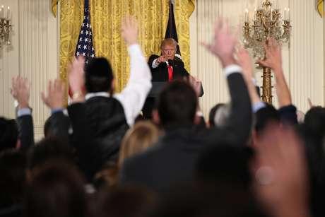 El presidente Donald Trump elige a un reportero para que haga una pregunta durante una conferencia de prensa en el Salón Este de la Casa Blanca, en Washington, el jueves 16 de febrero de 2017.