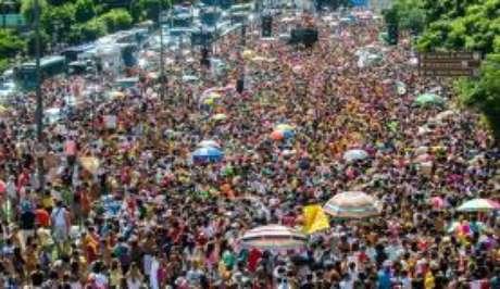 Desfile do bloco Então Brilha pelas ruas de Belo Horizonte