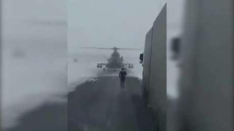Um helicóptero militar protagonizou uma cena inusitada no Cazaquistão na última quarta-feira.
