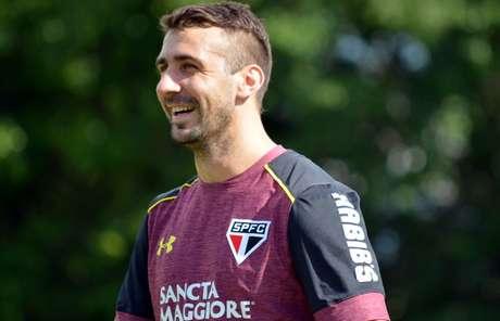 Lucas Pratto participa de treino no CT do São Paulo