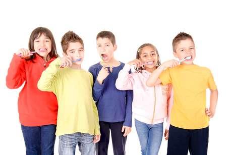 Cáries na infância podem ocasionar problemas de fala na criança. Boa higiene bucal é fundamental nesse período!