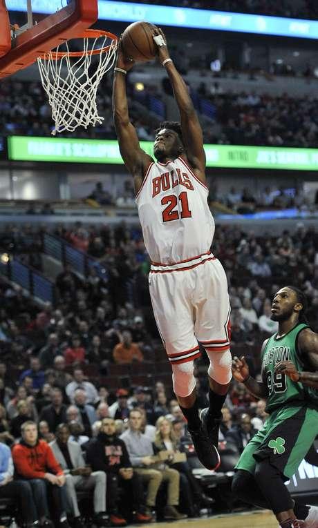 Jimmy Butler (21), de los Bulls de Chicago, clava el balón en la primera mitad del juego ante los Celtics de Boston el jueves 16 de febrero de 2017, en Chicago