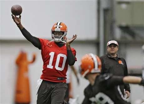 ARCHIVO - En imagen de archivo del 29 de abril de 2014, el entonces quarterback de los Browns de Cleveland Vince Young lanza durante un entrenamiento en Berea, Ohio