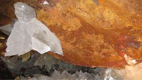 Ferro oxidado deixa as paredes das cavernas da cor laranja
