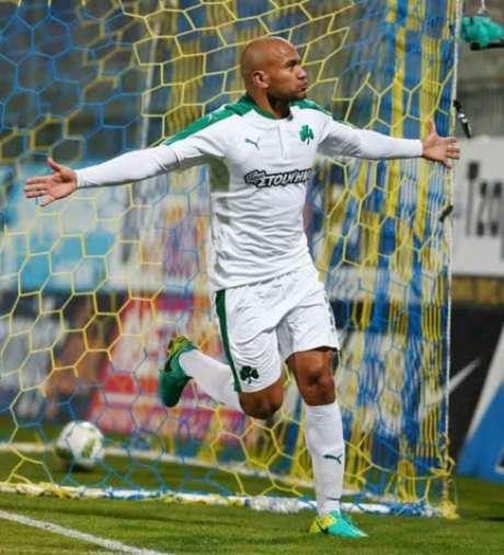 Rodrigo Moledo foi para a galera após o gol (Foto: Divulgação)
