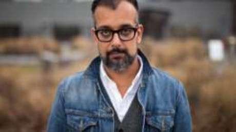 Aos 47 anos, Suroosh Alvi vive com a família em Nova York