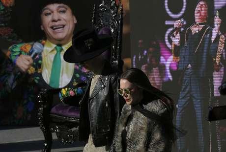 El duo pop mexicano Jesse & Joy antes su participación en un concierto homenaje al fallecido cantante y compositor Juan Gabriel, en Toluca, México, el 18 de febrero de 2017. Casi seis meses después de su muerte, Juan Gabriel reaparece en forma de holograma en un concierto homenaje organizado por su familia.