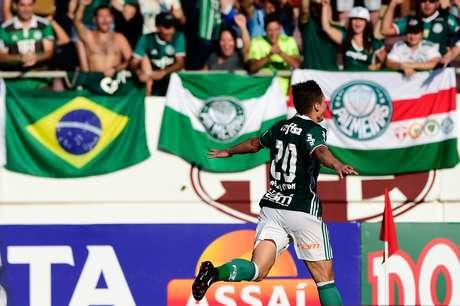O atacante Willian comemora o seu primeiro gol pelo Palmeiras