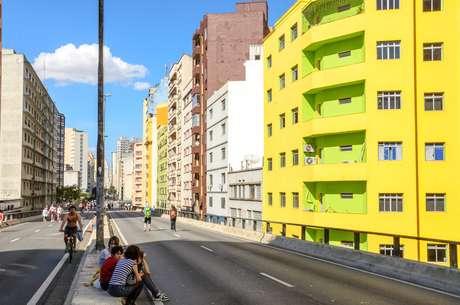 """O Minhocão é uma das """"praias urbanas"""" de SP - fechado para carro diariamente, das 21h30 às 6h30"""