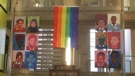 No Mês da História LGBT, festejado em fevereiro na Grã-Bretanha, a escola em que Gray leciona hasteia a bandeira do arco-íris hasteada no seu átrio