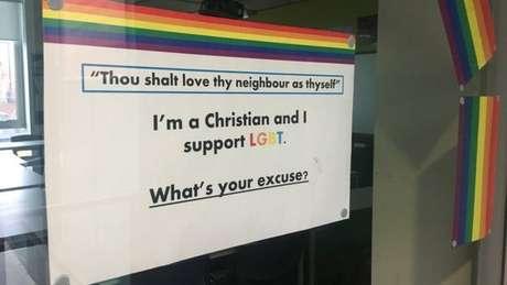 Colegas de Daniel Gray fizeram cartazes em apoio aos direitos LGBT e colaram na porta das salas de aula
