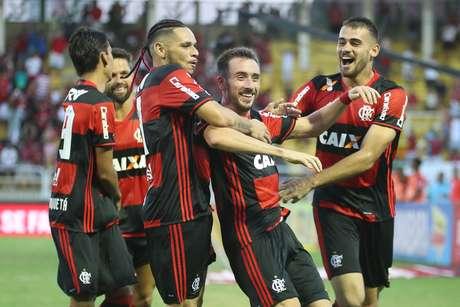 Vinte gols marcados em sete jogos: ataque do Flamengo começou 2017 arrasador