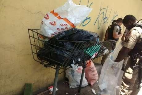 Policiais verificam material de saúde apreendido em Minas Gerais