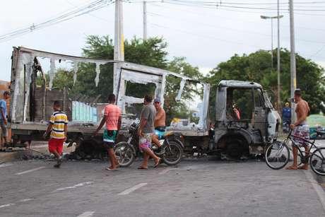 Caminhão foi incendiado pelos ladrões durante a fuga da transportadora de valores.
