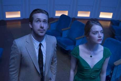 """En esta imagen difundida por Lionsgate, Ryan Gosling y Emma Stone en una escena de """"La La Land"""". La cinta musical cuenta con 14 nominaciones al Oscar, incluyendo a mejor película."""