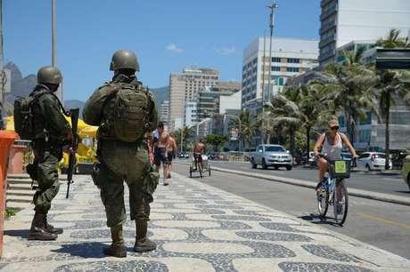 Forças Armadas atuam no patrulhamento da cidade, em praias da zona sul da capital fluminense.