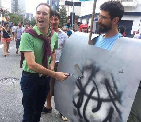 E teve fantasia de Dória apagando os grafites de São Paulo!