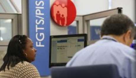 Agência da Caixa atende clientes com dúvidas sobre contas inativas do FGTS