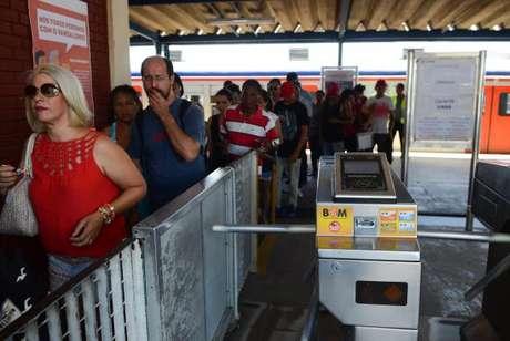Grandes filas se formaram na Estação Engenheiro Manoel Feio, onde os passageiros precisaram fazer baldeação de ônibus por causa do descarrilamento de trem na Estação Itaim Paulista