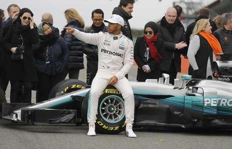 Lewis Hamilton del Mercedes con su nuevo auto en la pista Silverstone en Towcester, Inglaterra el 23 de febrero del 2017.