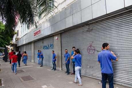 Comerciantes da Avenida Duque de Caxias, no centro de São Paulo (SP), fecham as portas nesta tarde de quinta-feira (23), com medo de saques. Policiais militares da Força Tática avançaram sobre usuários de drogas na Cracolândia, região central da capital.