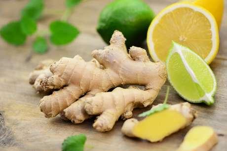 El jengibre es un alimento que actúa como astringente, tiene propiedades anticoagulantes y estimula la digestión