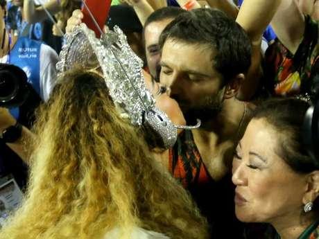 Duda Nagle ganhou um beijinho da namorada, Sabrina Sato, enquanto ela brilhava como rainha da Vila Isabel