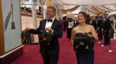 Os envelopes e o nome dos vencedores são levados em maletas