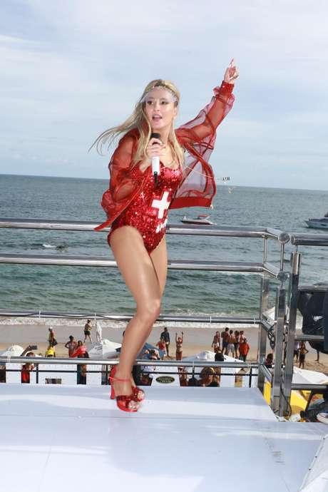 Cantora escolheu o tom vermelho para seu primeiro dia em Salvador