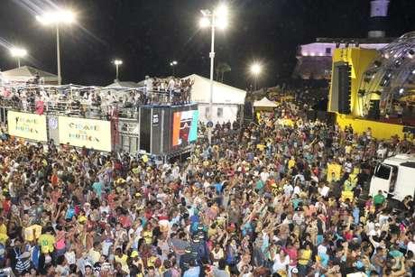 Preta Gil cantou também durante encontro de trios no Farol da Barra, no começo do circuito Barra Ondina