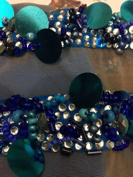 Pedrarias e cristais em tom azul dominam o look assinado por Amir Slama